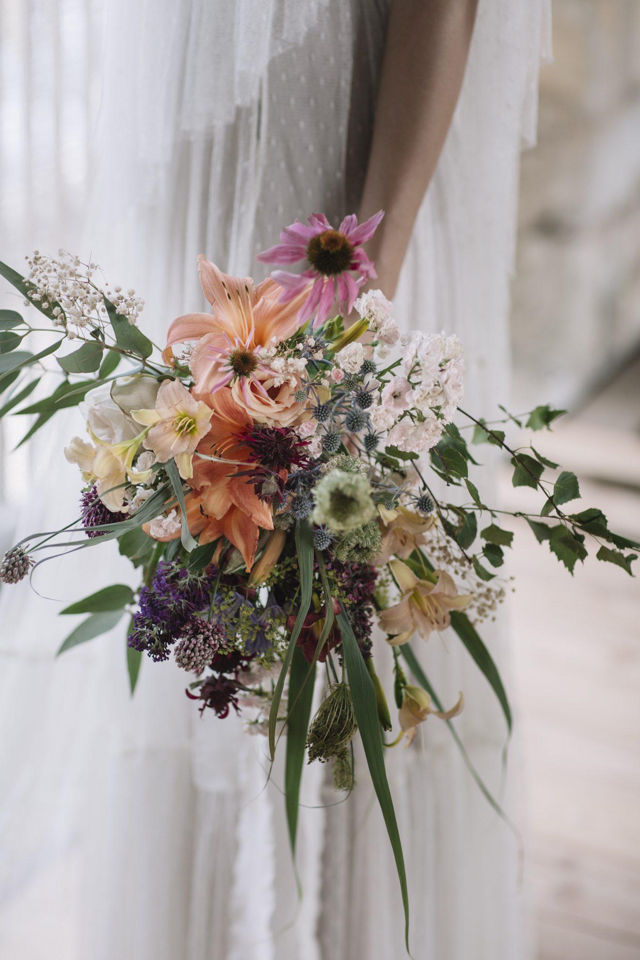 In che mano si tiene il bouquet da sposa?